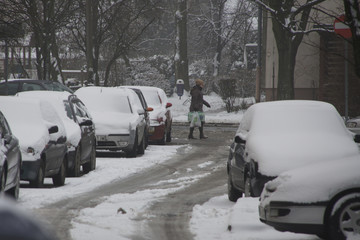 Fototapeta zimowe warunki na drodze, miasto zasypanie śniegiem, auta zasypane śniegiem, chlapa i odwilż na drogach, atak zimy w mieście