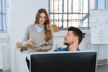 mitarbeiter spricht mit seiner kollegin im büro