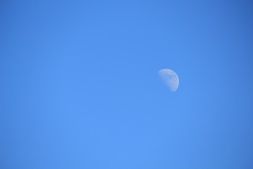 Der Mond zeigt sich im Februar