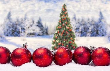 Christbaumkugeln mit Weihnachtsbaum und Winterlandschaft