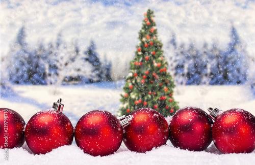 Christbaumkugeln At.Christbaumkugeln Mit Weihnachtsbaum Und Winterlandschaft Stock