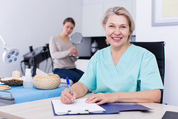 Beautician prescribing procedures to woman