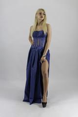 ragazza sexy bionda con vestito blu