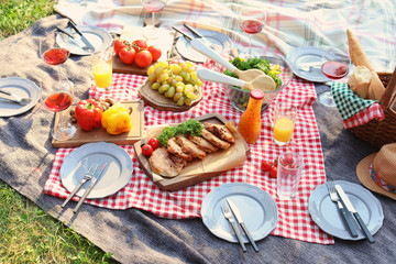 Photo sur Aluminium Pique-nique Blanket with food prepared for summer picnic outdoors