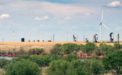 Typical landscape of Texas: endless fields, wind generators, oil pumps, rare green bushes