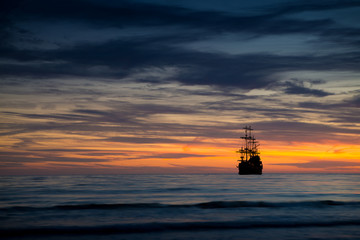 Papiers peints Navire Old ship silhouette in sunset scenery, Italy