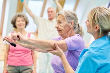Senior Frau macht Übung mit Elastikband