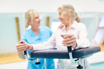 Senior Frau als Patient in der Reha Klinik