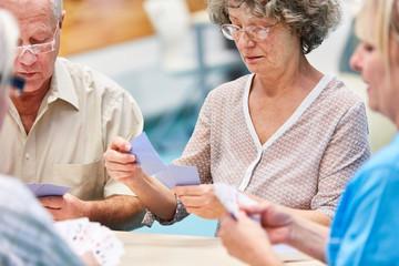 Gruppe Senioren zusammen beim Kartenspiel