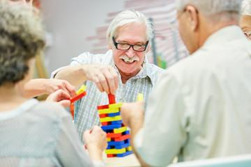 Demenz Gruppe im Altenheim spielt mit Bausteinen