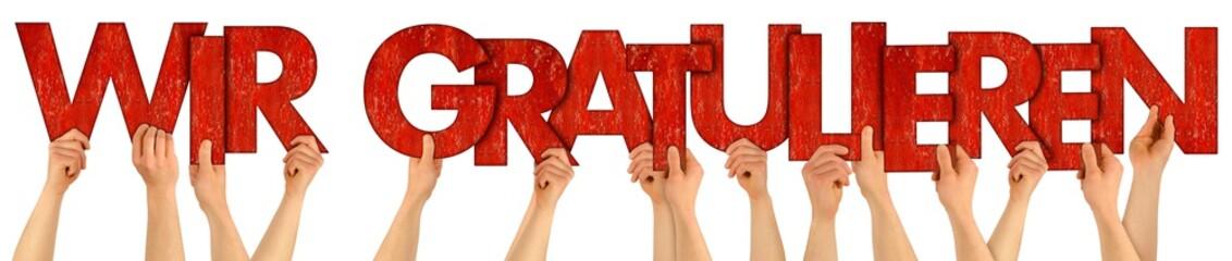 WIR GRATULIEREN Leute Mitarbeiter Hände halten rote Buchstaben aus Holz hoch Gratulation Glückwunsch Geburtstag Beförderung Konzept Hintergrund weiß isoliert