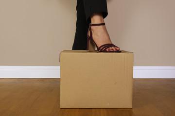 donna con piede su una scatola