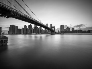 Spoed Fotobehang New York City Brooklyn Bridge in New York City in Schwarz Weiss