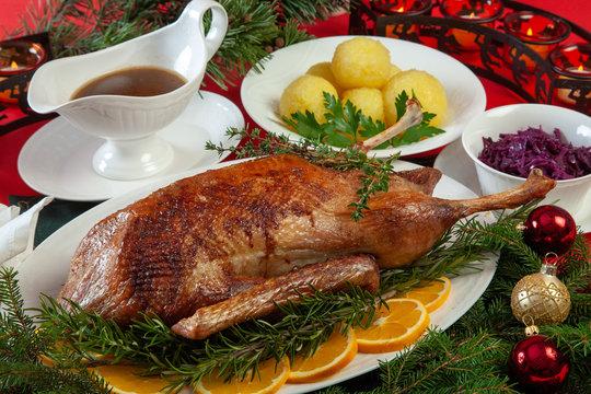 Weihnachtsgans mit Blaukraut und Knödel Gänsebraten