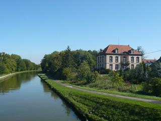 Kanal im Elsass mit herrschaftlichem Haus