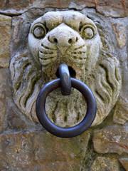 Löwenkopf mit Eisenring in der Altstadt Montefioralle in Chianti