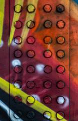 Buntes Graffito auf einer Metallwand