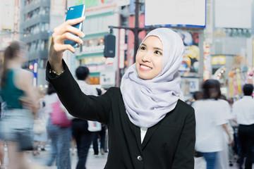 自撮りするイスラム女性