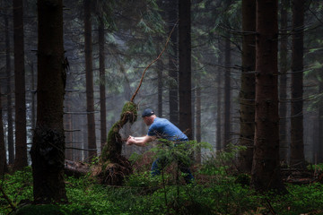 Mann und Alien in einem düsteren Wald