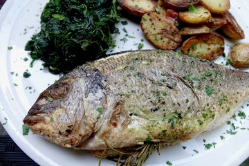 Grilled fish with wilted spinach and baked potatoes Fisch mit Spinat und Backkartoffeln