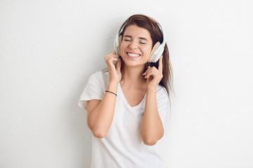 Hübsche junge Frau mit Kopfhörern