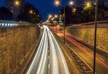 światła aut na ulicach miasta nocą