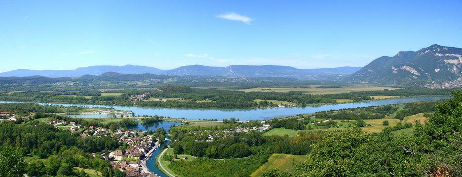 vue panoramique sur Chanaz, le canal de Savières, le Rhône et le Grand Colombier