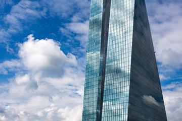 Hochhaus mit Spiegelung bei blauem Himmel Perspektive
