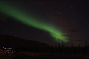 Aurora boreal, luces del norte, verdes en el cielo otoñal islandés.