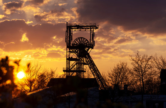 Saarland - Fördergerüst des Alsbachschacht Saarbrücken Burbach im Sonnenuntergang