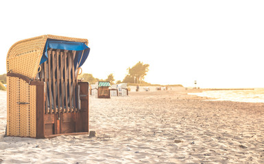 Strandkorb am Ostseestrand in Heiligenhafen beim Sonnenuntergang