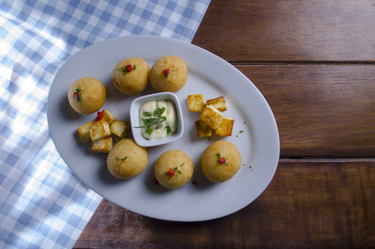 bolas de yuca con queso frito