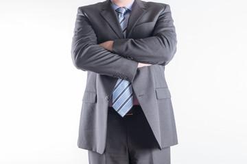 Geschäftsmann im Anzug mit verschränkten Armen
