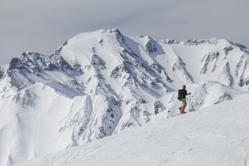 登山者と五竜岳