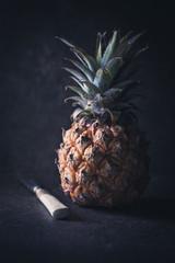 Frische Ananas mit Messer