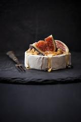 Camembert mit Honig und Feifen