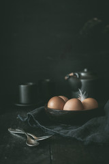 Frische braune Eier in Schale