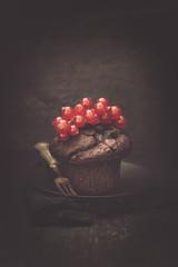 Schokoladenmuffin mit Johannisbeeren