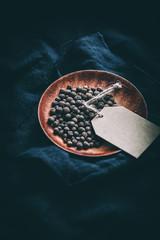Pimentkörner auf Schale