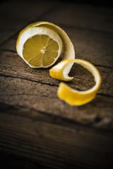 Halb geschälte Zitrone