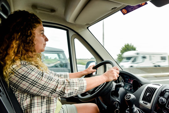 femme au volant d'un camping-car ou fourgon