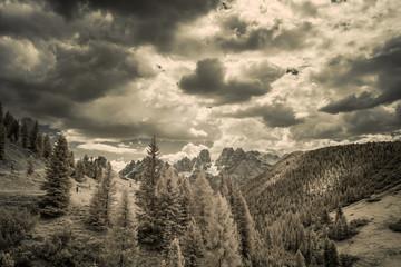 Die Berglandschaft der italienischen Dolomiten - Infrarotaufnahme (unbearbeitet)