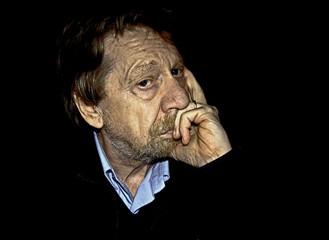 Uomo anziano pensieroso, triste.