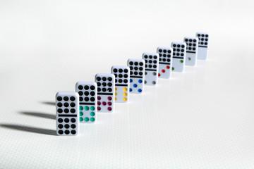 Fototapeta Kolorowe klocki domina w rzędzie na białym tle.