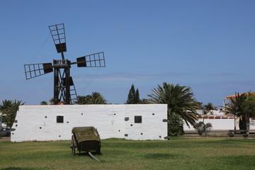 Fotorollo Mühlen Un moulin traditionnel de type molina à l'entrée de la cité balnéaire de Corralejo à Fuerteventura aux Canaries