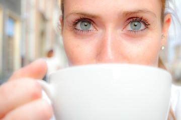 frau trinkt kaffee II