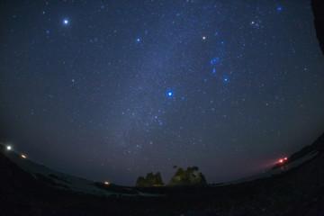 南伊豆蓑掛け岩に昇る冬の星空