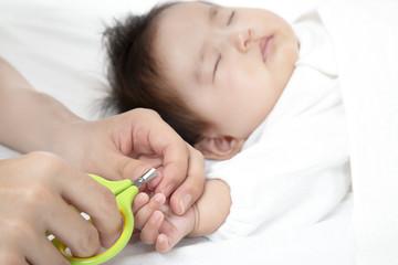 育児方法,新生児の手指爪の切り方、ネイルケアー手順、方法のクローズアップ写真