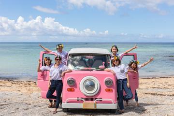 沖縄をドライブする女性たち