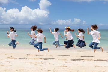 沖縄のビーチを走る女性たち